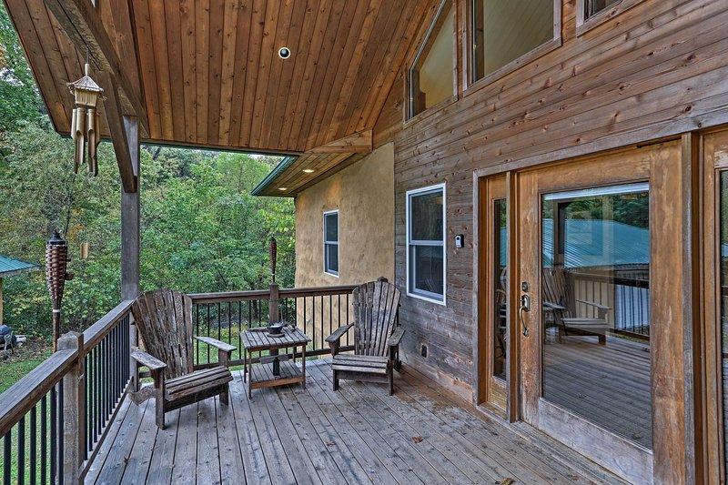 Dit huis is omgeven door weelderige bossen, het verstrekken van privacy en weelderige uitzicht vanaf de multi-level dek en front porch.