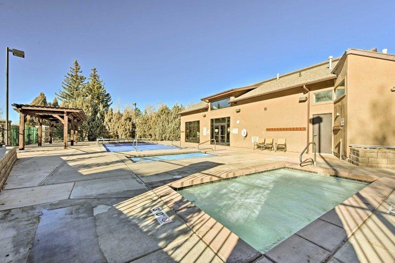 ¡Hay piscinas climatizadas y jacuzzis disponibles para sumergirse después de un día en las pistas!