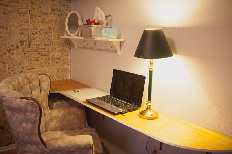 espacio de trabajo portátil con pizarra sobre la mesa para su conveniencia