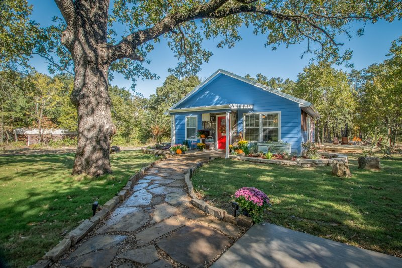 Tiny Bluebird Cottage, holiday rental in Canton