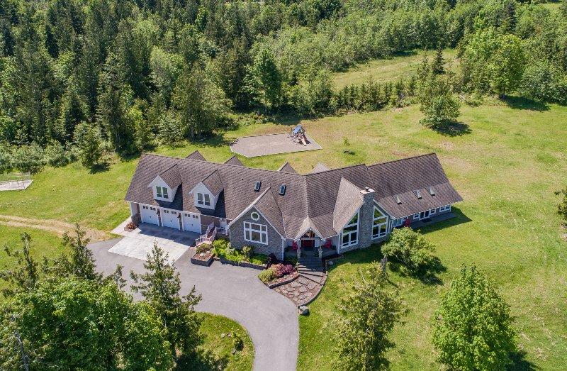 La superbe maison se trouve sur 10 acres de milieu de semblable à un parc privé.