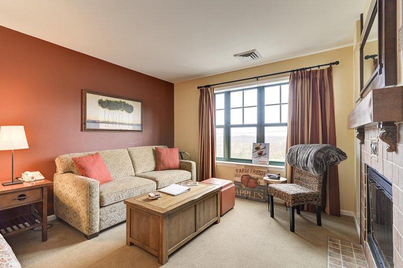 O condomínio acomoda até 4 pessoas no sofá e cadeira