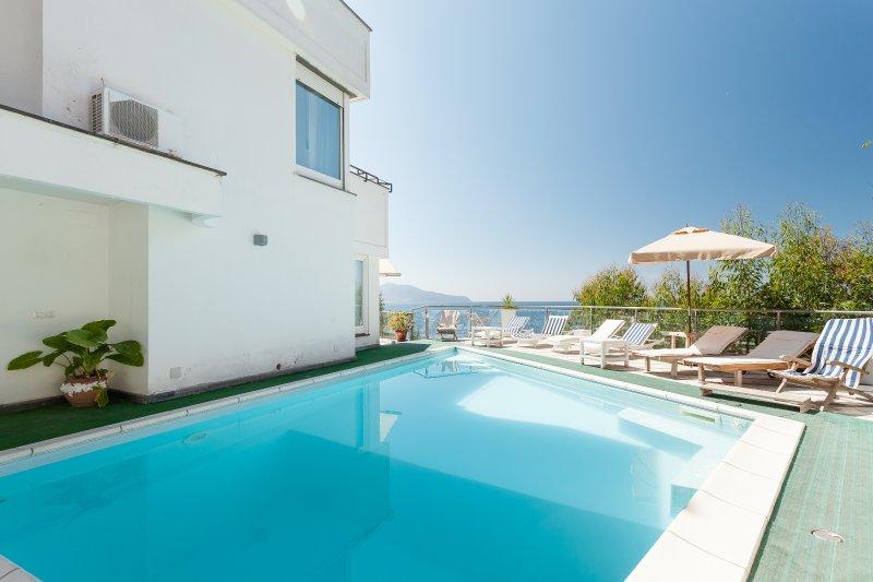 Villa Karim on the sea with private pool, alquiler vacacional en Massa Lubrense