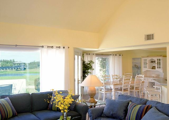 Sunny Living/Dining area for family gatherings