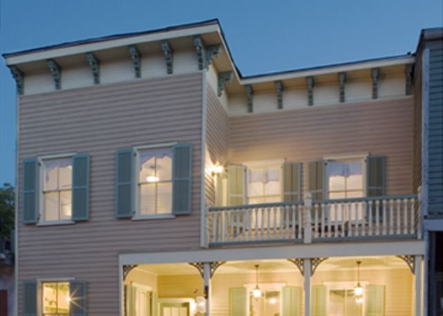 Elegant Historic Home Steps to River Street for Family Retreats with Parking, casa vacanza a Savannah