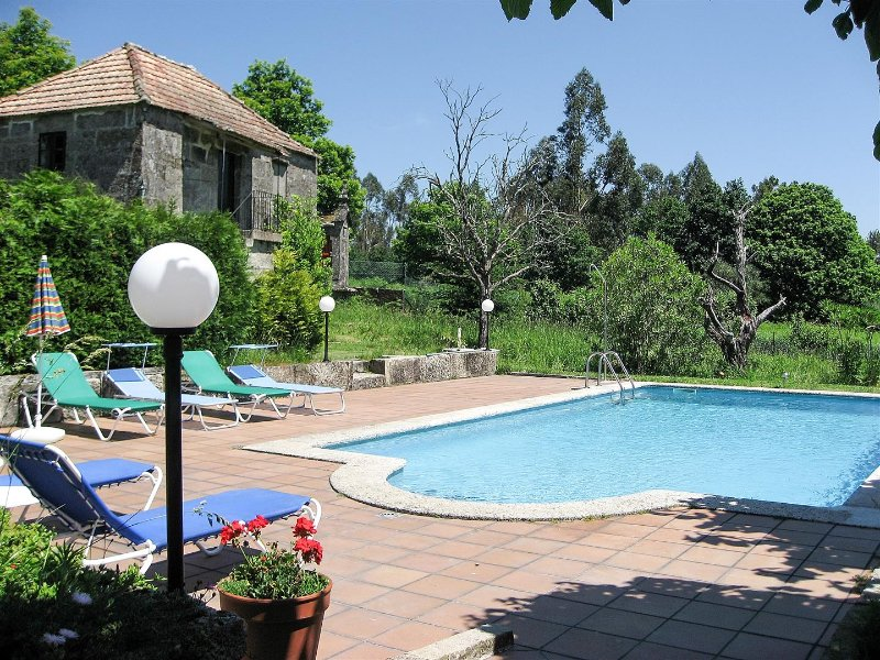 Big house with private swimming pool, vacation rental in A Lama