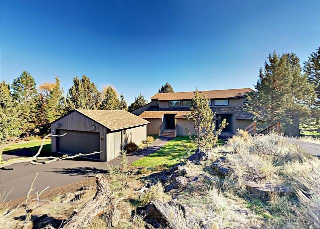Refined Golf Course Resort Condo w/ Private Hot Tub & Views of Smith Rock, holiday rental in Crooked River Ranch