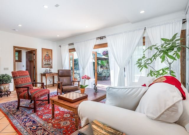 Spanish-Style Guest House in Hancock Park - Walk to Melrose Ave., holiday rental in Los Angeles