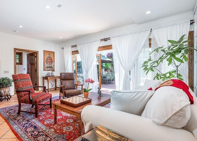 Spanish-Style Guest House in Hancock Park - Walk to Melrose Ave., location de vacances à Los Angeles