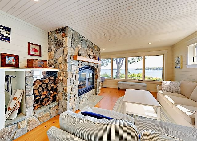 New Custom Waterfront Home w/ Expansive Views, alquiler de vacaciones en Pownal