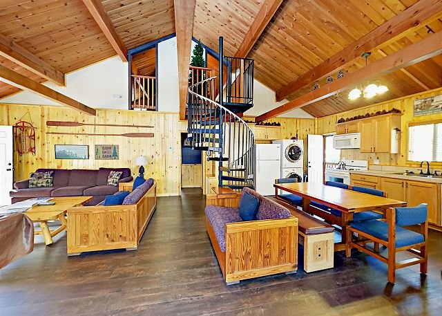 Mountain-Inspired Cabin w/ Hot Tub & Pool Table - Near National Forest, location de vacances à Cherry Valley