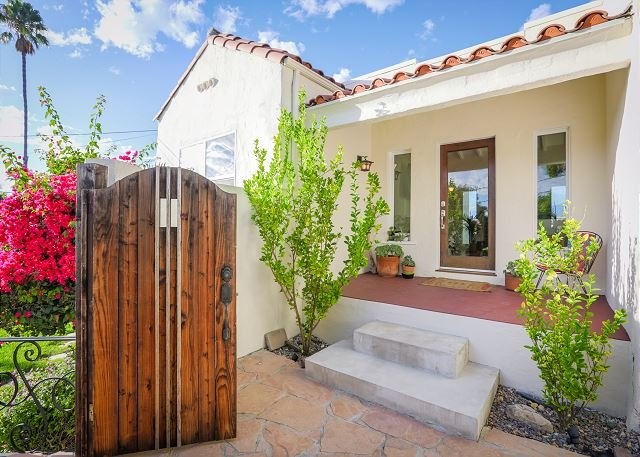 Hillside Home w/ Sweeping Views & Easy Access to Downtown L.A., casa vacanza a Monterey Park