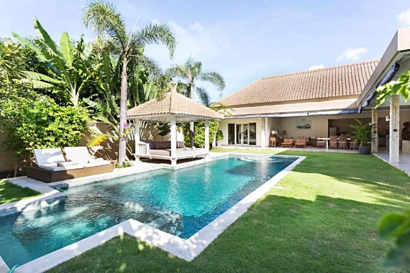 ❤$125 NOW | Private 3BR 12m Pool Villa | Full Staff |WiFi | 5mn BEACH | Sunbed, holiday rental in Dalung