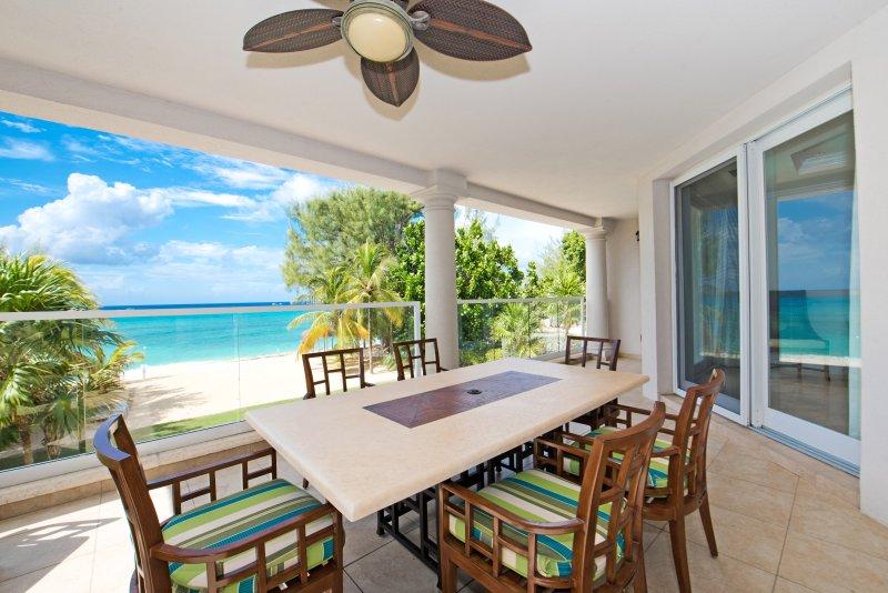 terraza de esquina frente al mar con vistas al mar Caribe.