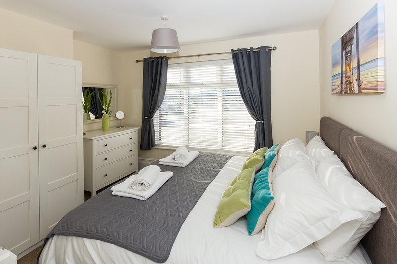 Stylish 1 Bedroom Apartment centrally located in Fareham - Free parking, location de vacances à Lee-on-the-Solent