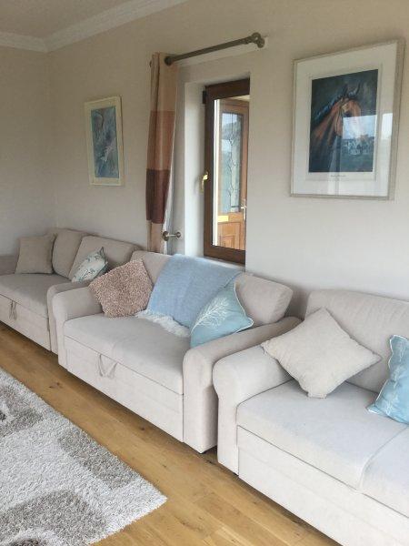 Das Sofa Zimmer ..3 Sofabetten .. ideal für eine Bande von Kindern .. oder Kinderfilmabend mit DVD-Player