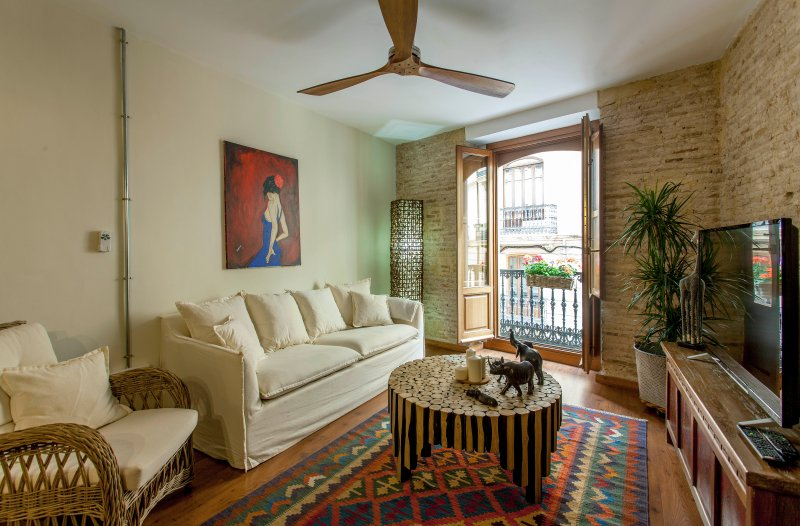 LUXURIOUS & ALLURING  HOME IN HISTORIC TOWN, holiday rental in Moncada