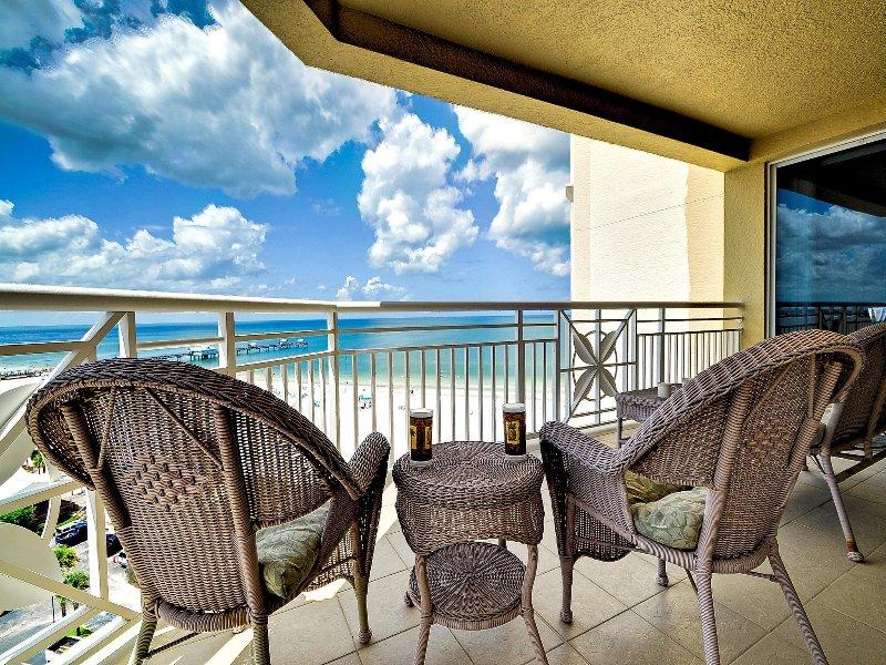 Il balcone è il luogo ideale per rilassarsi e gustare una bevanda.