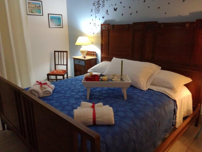 """Chambre """"Re Luca"""" bleu ciel d'un autre angle avec le détail du petit tiroir de la même couleur"""