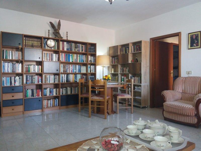 Sunny Apartment close to Tirana Center, location de vacances à Daias-Barabas