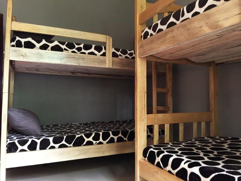 Dormitório com fanfarrão camas Este quarto ocupa 6 pessoas