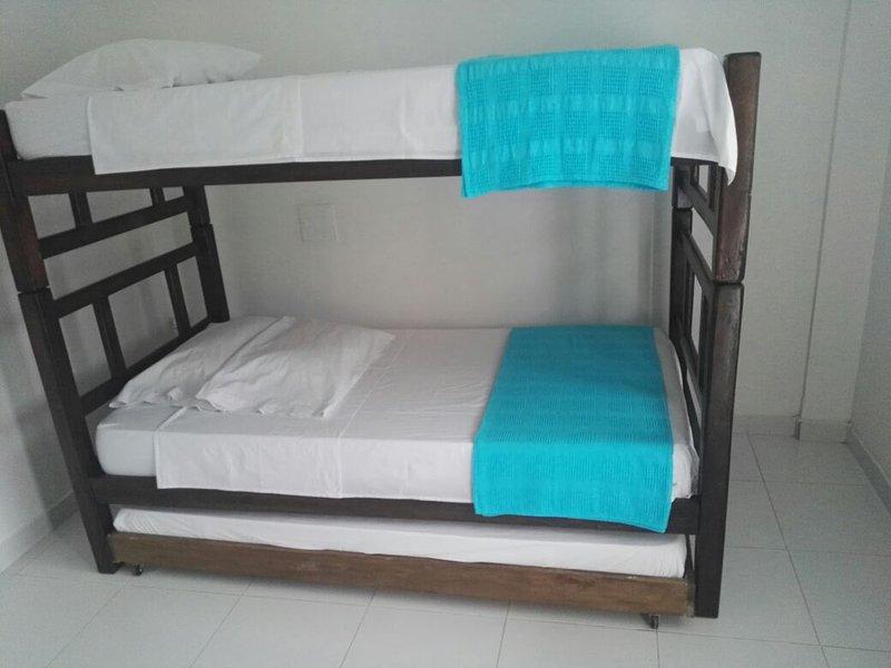 Habitaciones Compartidas a 2 cuadras de la Playa de Taganga. Hostal NUEVO, alquiler de vacaciones en Taganga
