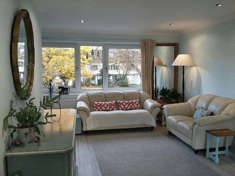 Light, modern townhouse in central Cambridge, with parking, holiday rental in Madingley