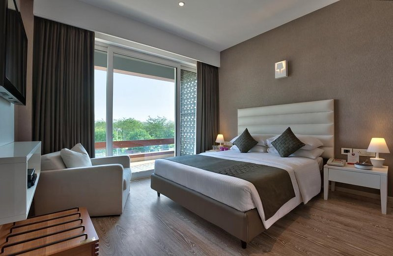 SUPER DELUXE RM 2, HOTEL THE ATARA , GURGAON, INDIA, vacation rental in Gurugram (Gurgaon)
