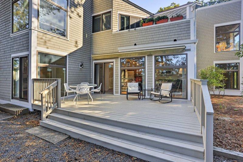 Modern Cape Cod Condo, Walk to Nantucket Sound!, location de vacances à New Seabury