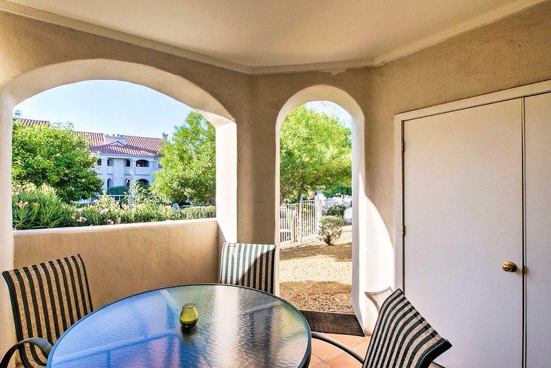 Schlagen Sie die Arizona Wärme aus der privaten schattigen Terrasse.