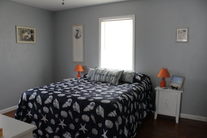 Queen bed, bedroom (3) 2017