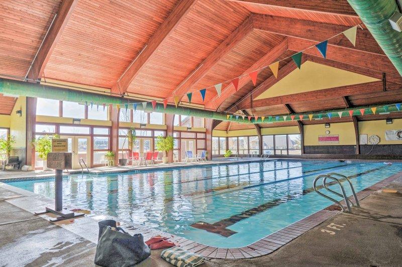 Nade en la piscina comunitaria de interior!
