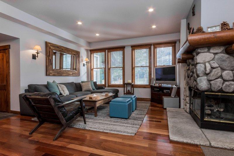 Living Room, Flat Screen TV, DVD Player, Gas Fireplace