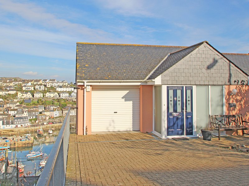 WHEAL KENDALL, luxury property with fantastic harbour views, balconies, off, vacation rental in Mevagissey
