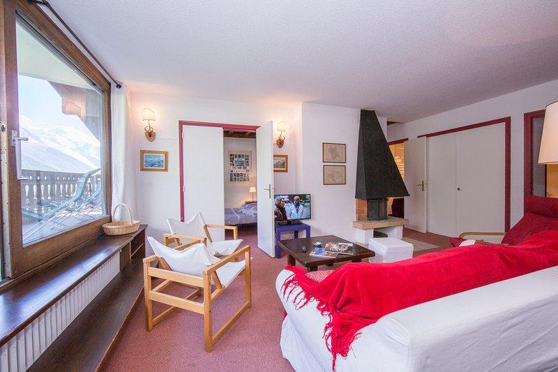 Salon avec cheminée et canapé-lit pour 2