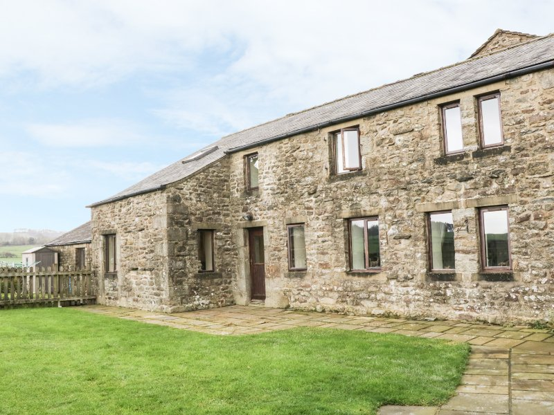 ORCABER FARM BARN, enclosed garden, pet friendly, views, Austwick, Ref. 15485, vacation rental in Settle