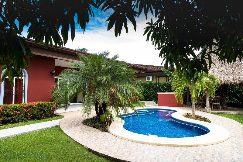 EcoVida Casa Oasis with Private Pool! Walk to the Beach!, location de vacances à Esterillos Este