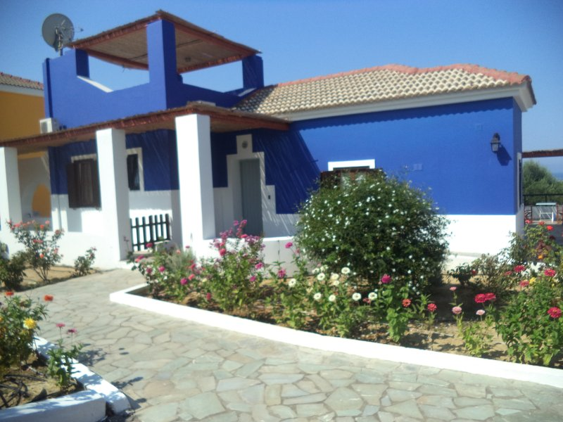 ILIS VILLAS Yrmini, blue lilac, all gr. floor, holiday rental in Korakochori