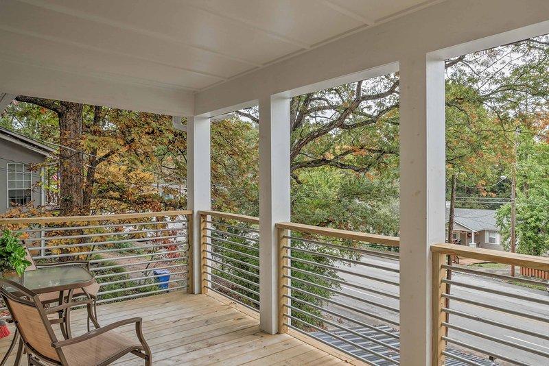 Desfrute das exuberantes, vistas de florestas de sua varanda privada nesta casa de férias, a poucos minutos do centro da cidade!