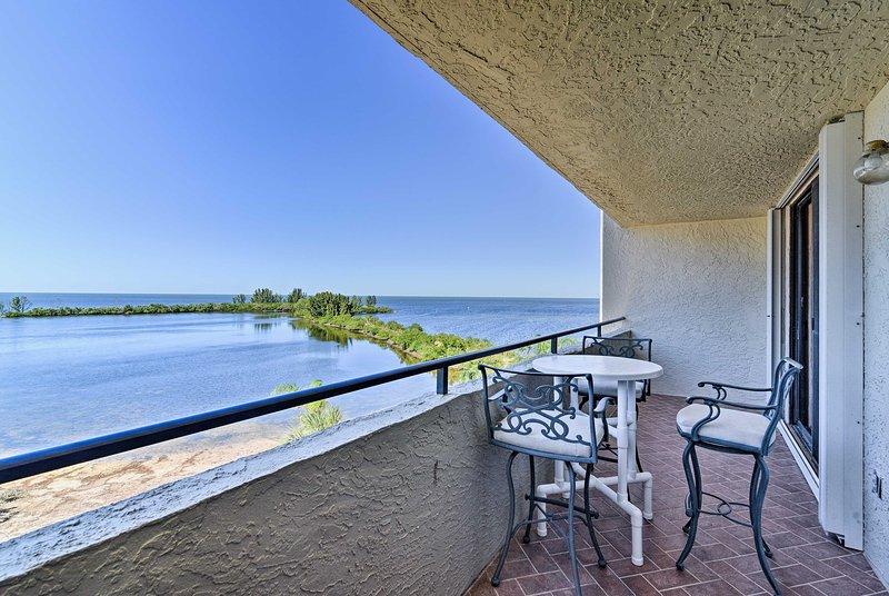 Relajarse con vistas Costa del Golfo de primera clase en este 2 dormitorios, 2 baños Alquiler de piso en Hudson, Florida!