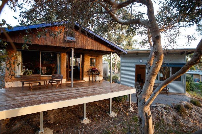 El alojamiento incluye dos áreas, la rústica cabaña de adobe y lo moderno estudio.