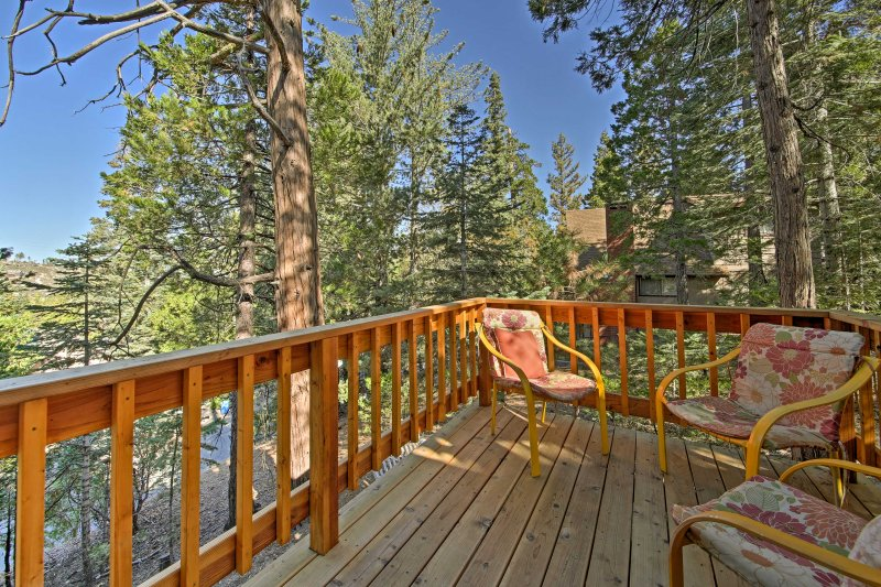 ¡Experimenta las montañas de San Bernardino con estilo en esta cabaña de alquiler de vacaciones!