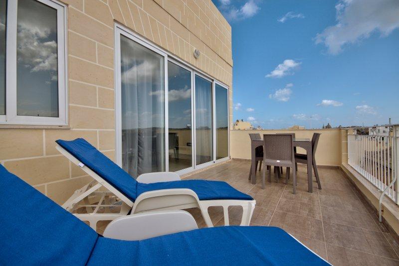 Sunny Gzira 2-bedroom Penthouse, aluguéis de temporada em Il Gzira