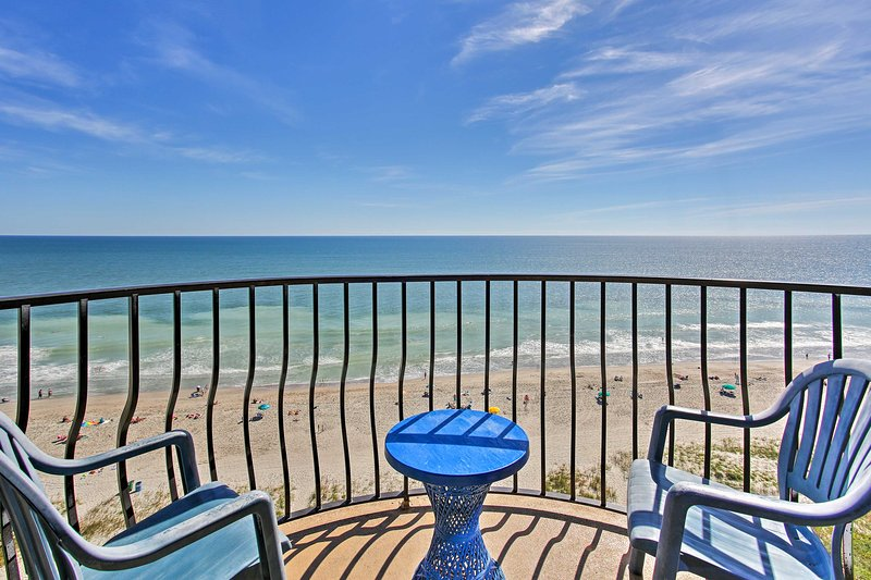White sand beaches and soothing ocean breezes welcome you to this 3-bedroom, 2-bathroom Myrtle Beach vacation rental condo.