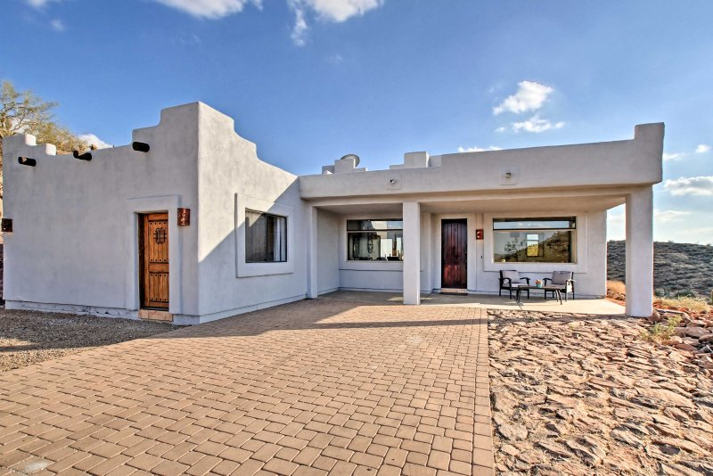 This Arizona abode boasts stunning 270-degree views and 2.5 mountainside acres.