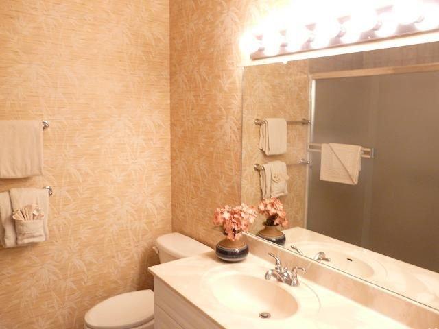 Badezimmer, Innenaufnahme, Wasch- oder Spülbecken, Boden, Bodenbelag