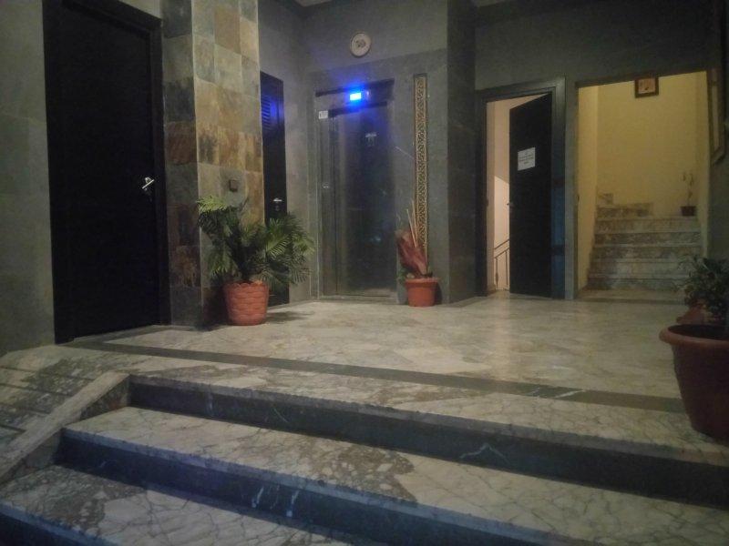 La entrada del edificio, bien mantenido.
