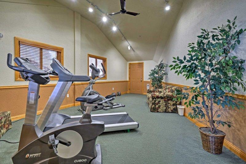 Restez en forme dans la salle d'entraînement communautaire.
