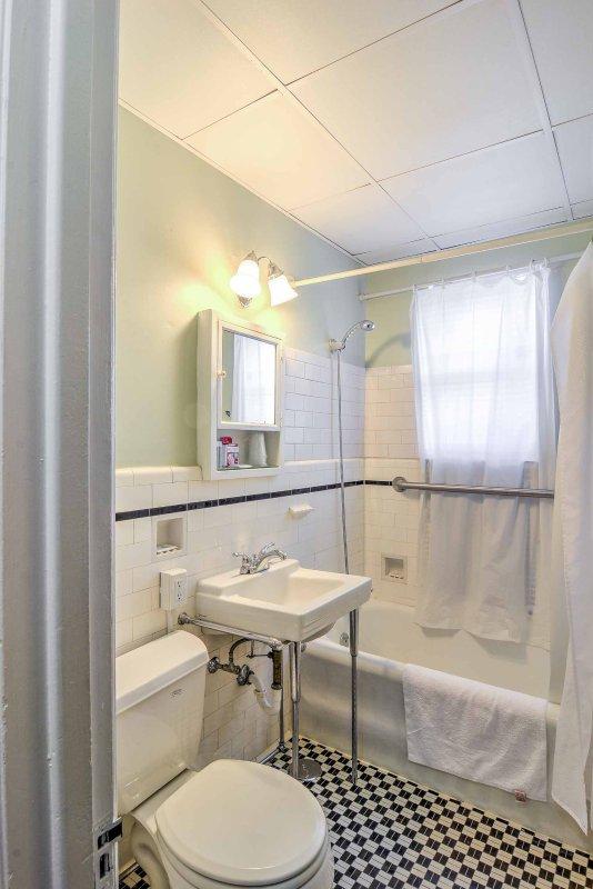 De complete badkamer beschikt over een douche / bad combo.