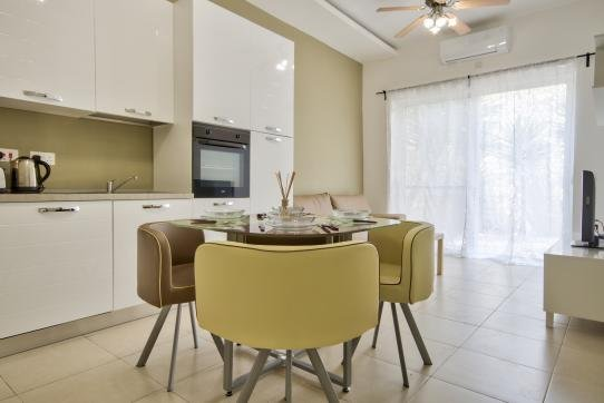 Contemporary and Centrally Located Gzira 2-bedroom Apartment, vacation rental in Mqabba